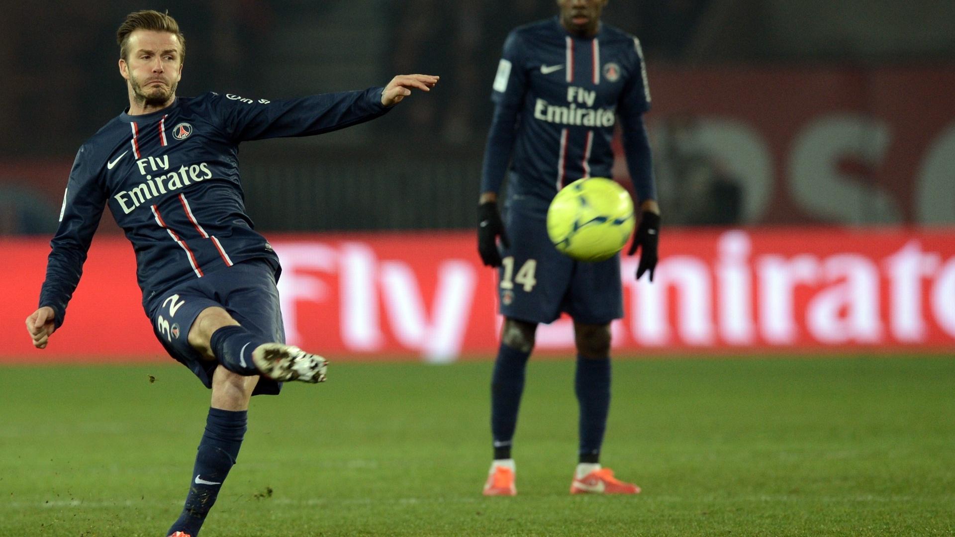 29.mar.2013 - David Beckham cobra falta durante a partida entre PSG e Montpellier