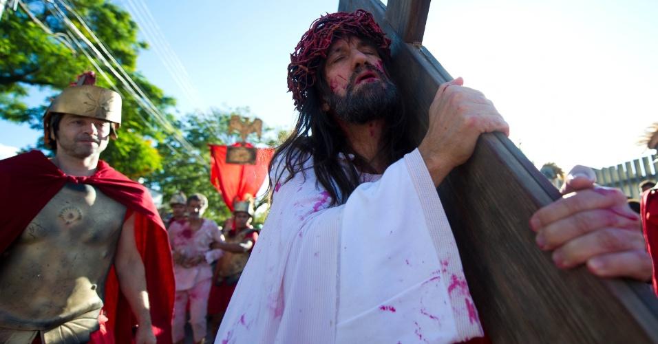 29.mar.2013 - Encenação da via-sacra no Morro da Cruz, em Porto Alegre (RS), nesta Sexta-Feira Santa