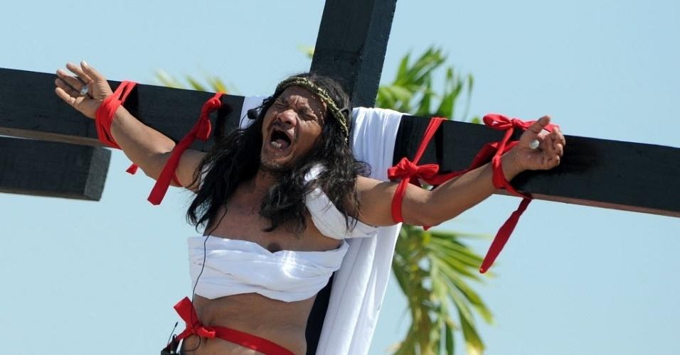 29.mar.2013 - Fiel encena a crucificação de Jesus nesta Sexta-Feira Santa, em Manila (Filipinas)