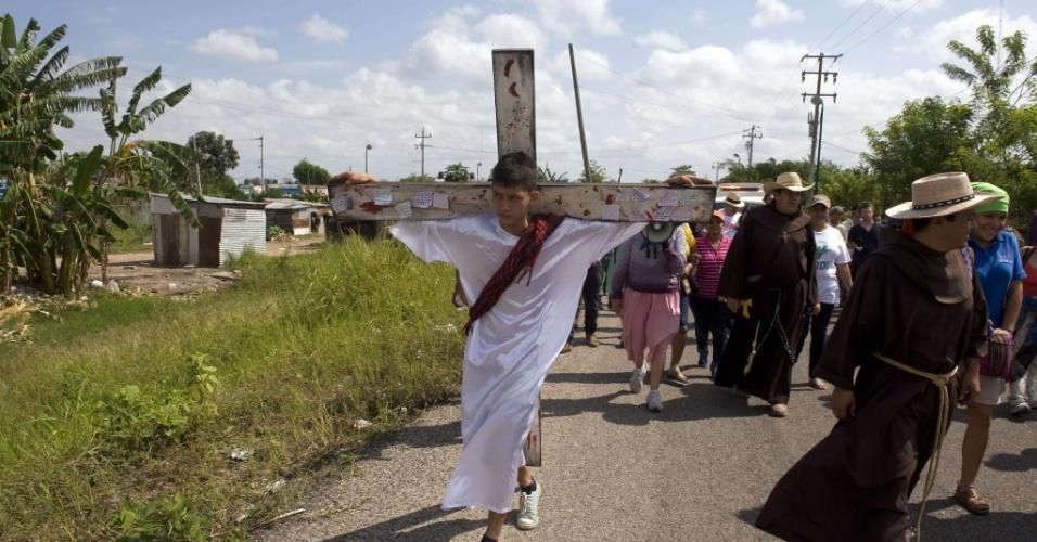 29.mar.2013 - O guatemalteco Kevin atua como Jesus Cristo crucificado durante via-sacra no bairro de Obrera, em Tenosique, no Estado de Tabasco (México), em área próxima à fronteira com a Guatemala, nesta Sexta-Feira Santa