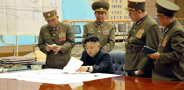 O líder norte-coreano Kim Jong-un presidiu reunião de emergência em Pyongyang, na Coreia do Norte, na qual decidiu apontar mísseis para os EUA