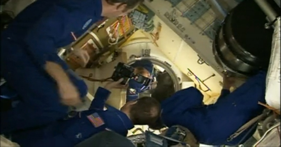 29.mar.2013 - O norte-americano Tom Marshburn, astronauta da Nasa (Agência Espacial Norte-Americana), fotografa a chegada dos novos integrantes da Estação Espacial Internacional (ISS, na sigla em inglês): os cosmonautas russos Pavel Vinogradov, comandante da nave Soyuz, e Alexander Misurkin, especialista de missão, e astronauta norte-americano Christopher Cassidy, engenheiro de voo