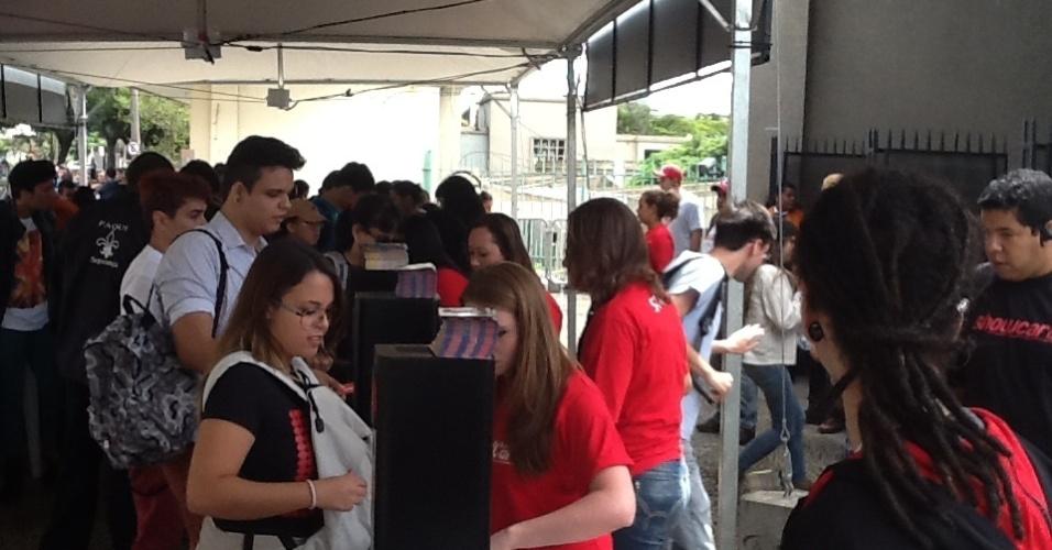 29.mar.2013 - O público entra no festival Lollapalooza após a abertura dos portões, que ocorreu perto das 11h40 desta sexta