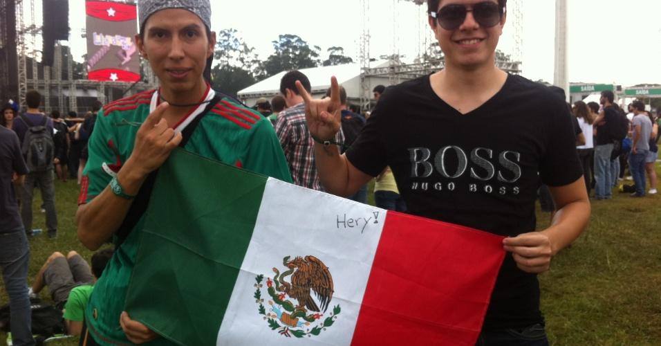 29.mar.2013 - Os mexicanos Ismael Gimenez, engenheiro, de 22 anos (esq.), e Andrés Galicia, mecânico, 26 anos (dir) compareceram ao Lollapalooza Brasil 2013.