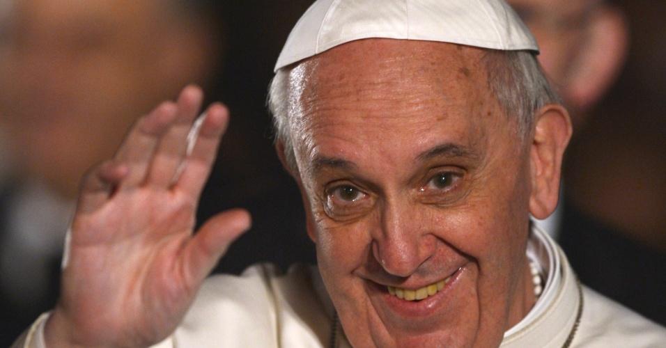 29.mar.2013 - Papa Francisco chega sorridente ao Coliseu, em Roma, onde celebrará a via-sacra da Sexta-Feira Santa. A celebração terminará com uma procissão de tochas acessas e orações para a paz no Oriente Médio