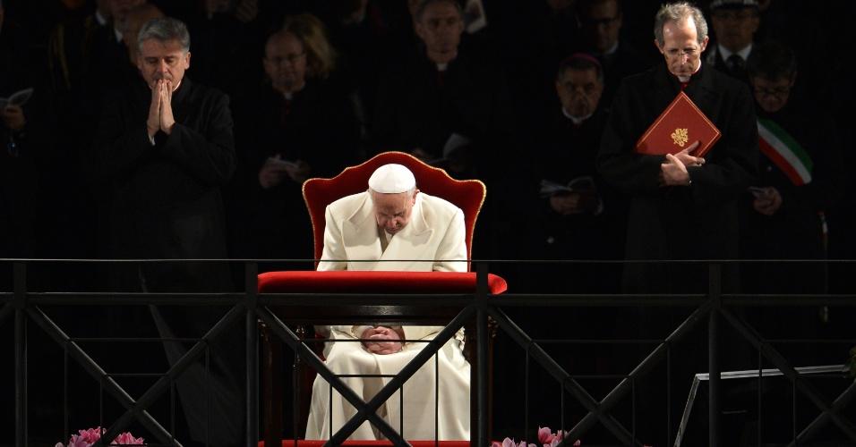 29.mar.2013 - Papa Francisco reza dentro do Coliseu, de onde presidirá a via-sacra nesta Sexta-Feira Santa, em Roma. A celebração termina com uma procissão com tochas acessas e orações para a paz no Oriente Médio