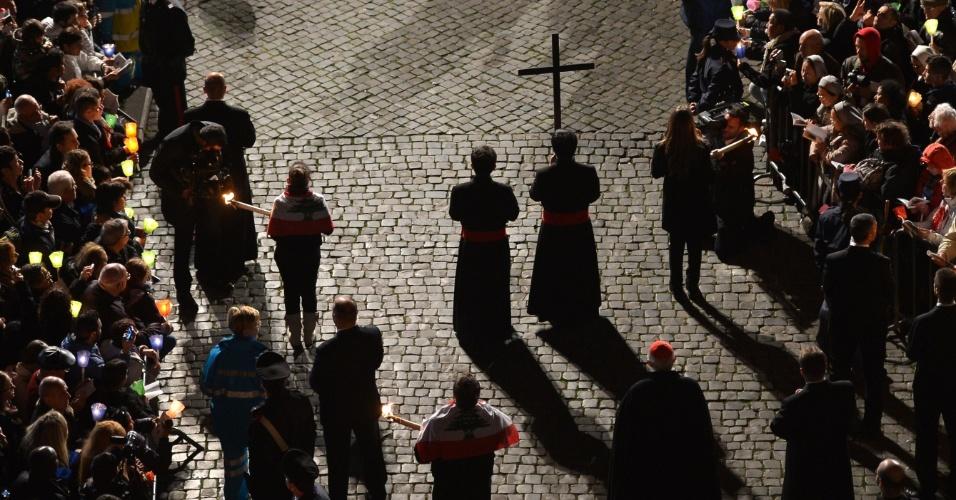 29.mar.2013 - Penitentes carregam cruzes durante a via-sacra realizada nesta Sexta-Feira Santa no Coliseu de Roma. O papa Francisco preside a cerimônia que terminará em procissão com tochas acessas e orações para a paz no Oriente Médio