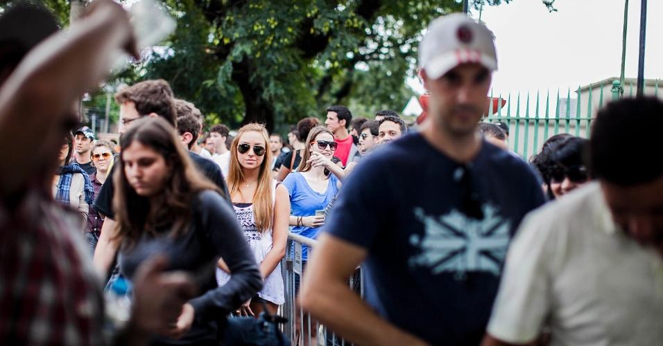 29.mar.2013 - Por volta das 14h da sexta, uma fila de cerca de 200 metros se formou em frente à bilheteria para as pessoas que compraram ingresso para o Lollapalooza 2013 pela internet e optaram por retirá-los na hora. A fila para comprar o ingresso na hora não apresentava problemas