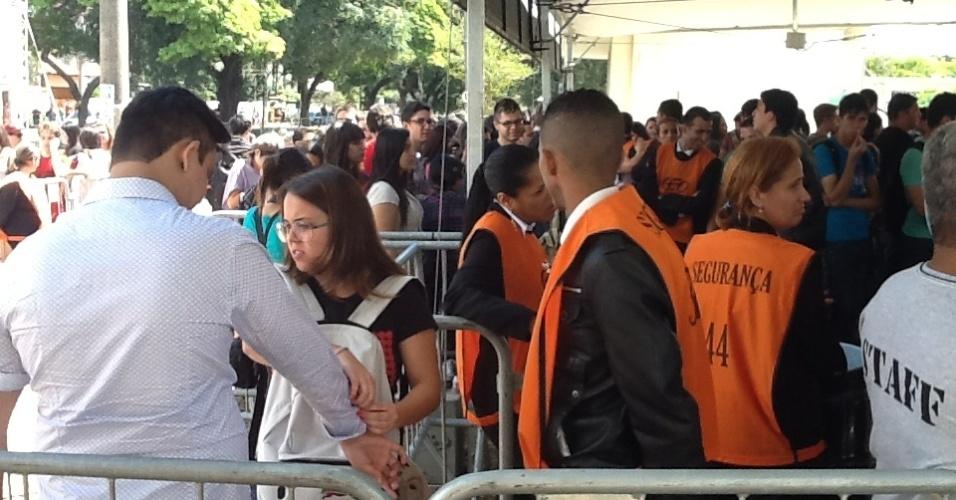 29.mar.2013 - Público aguarda a abertura dos portões no primeiro dia do festival Lollapalooza Brasil 2013. Entrada foi liberada às 11h40