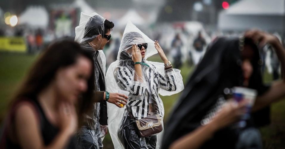 29.mar.2013 - Público caminha durante o festival Lollapalooza Brasil 2013