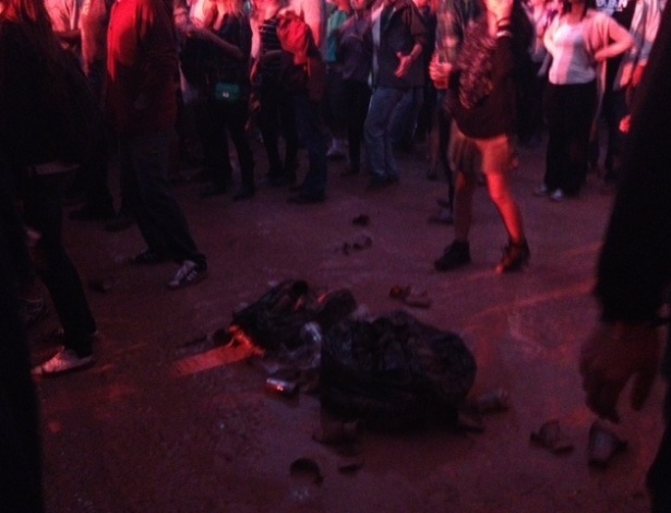 29.mar.2013 - Público dança em volta de lixo no palco Perry. Há apenas dois cestos de lixo para a tenda inteira