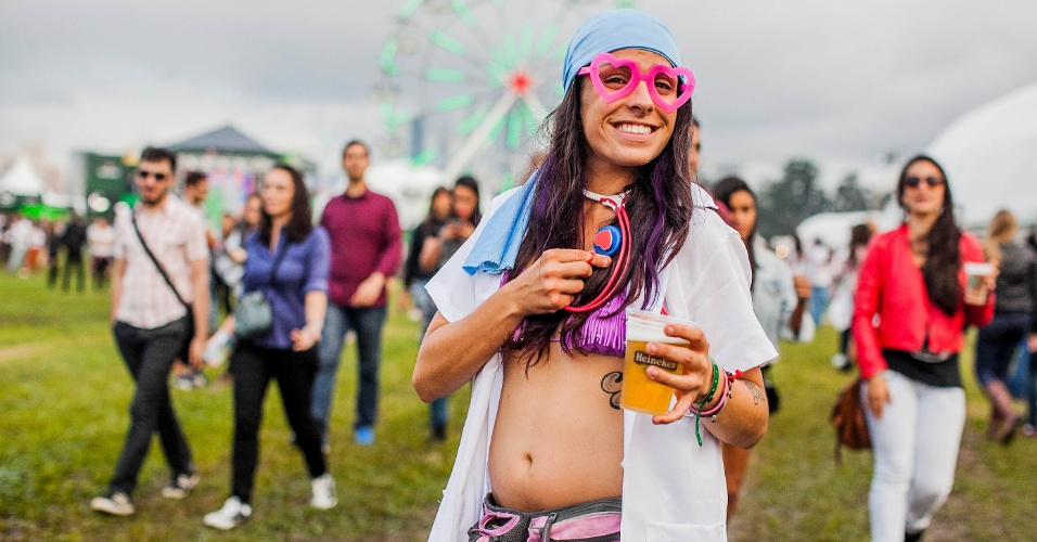 29.mar.2013 - Público posa para fotos durante o festival Lollapalooza Brasil 2013