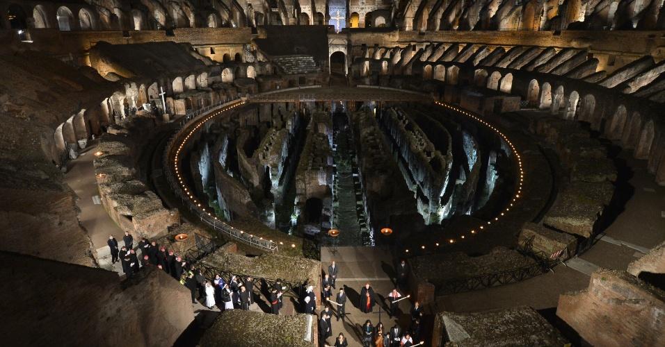 29.mar.2013 - Religiosos se enfileiram dentro do Coliseu de Roma, onde o papa Francisco fará a cerimônia da via-sacra durante as celebrações da Sexta-Feira Santa