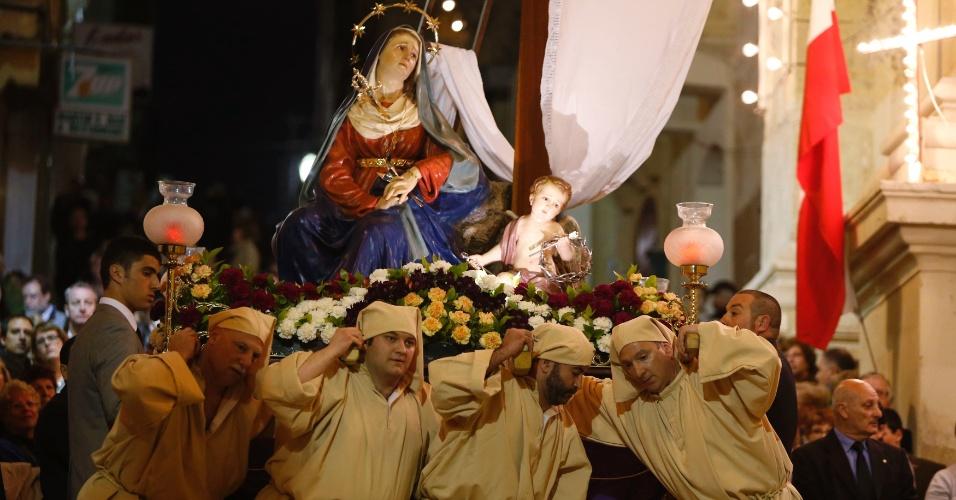 29.mar.2013 - Religiosos seguram estátua de Nossa Senhora das Dores, próximo à Igreja de Santa Maria de Jesus, durante procissão em Malta, nesta Sexta-Feira Santa