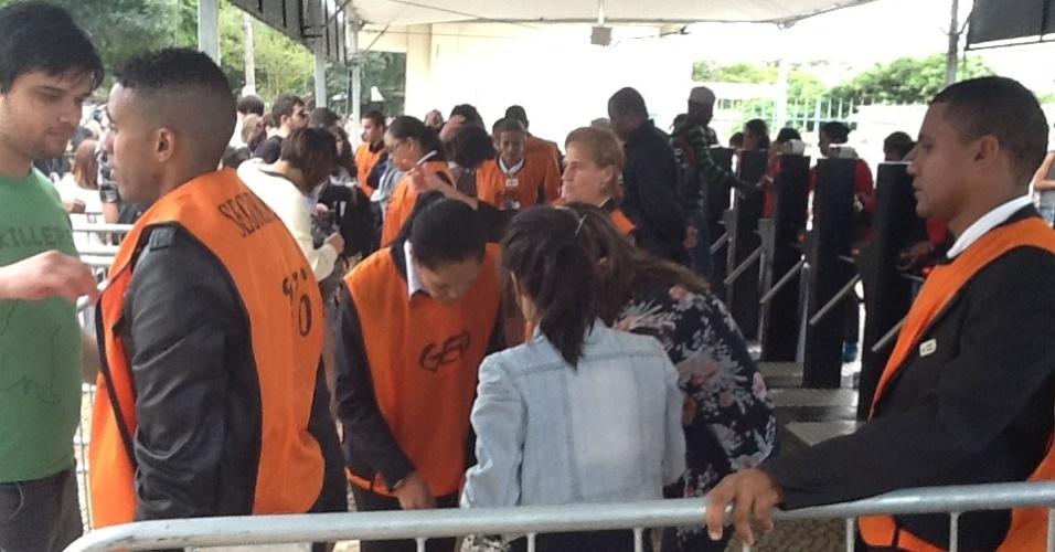 29.mar.2013 - Seguranças revistam mochilas do público na entrada para o festival Lollapalooza após a abertura dos portões, que ocorreu perto das 11h40 desta sexta