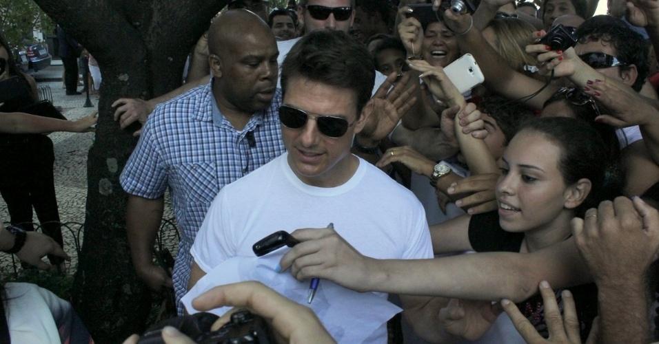 """29.mar.2013 - Tom Cruise foi assediado ao deixar o hotel onde está hospedado na zona sul do Rio. O ator está na cidade promovendo o filme """"Oblivion"""""""