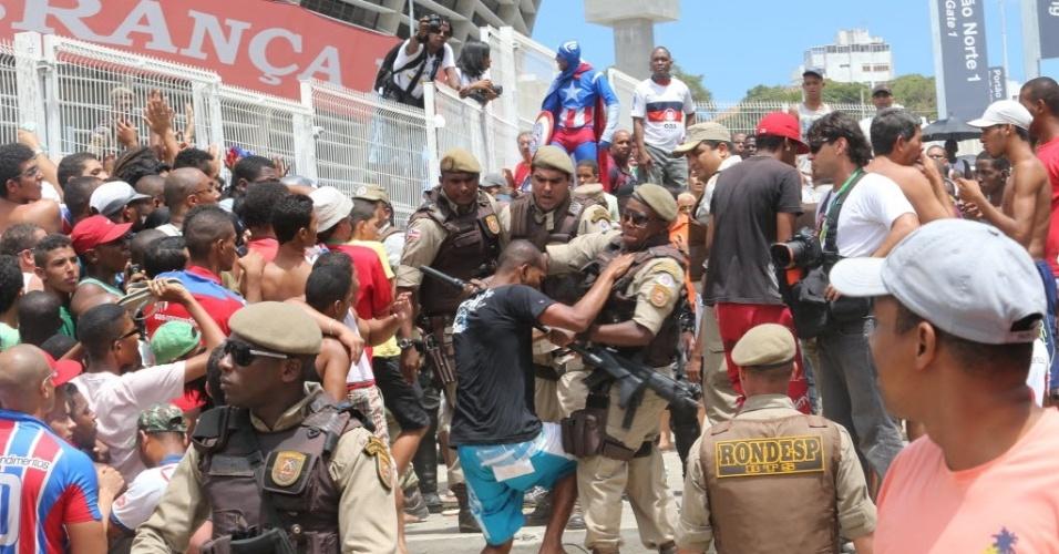 29.mar.2013 - Torcedores se envolvem em confusão com a polícia durante venda de ingressos para o clássico entre Bahia e Vitória na Fonte Nova, em Salvador