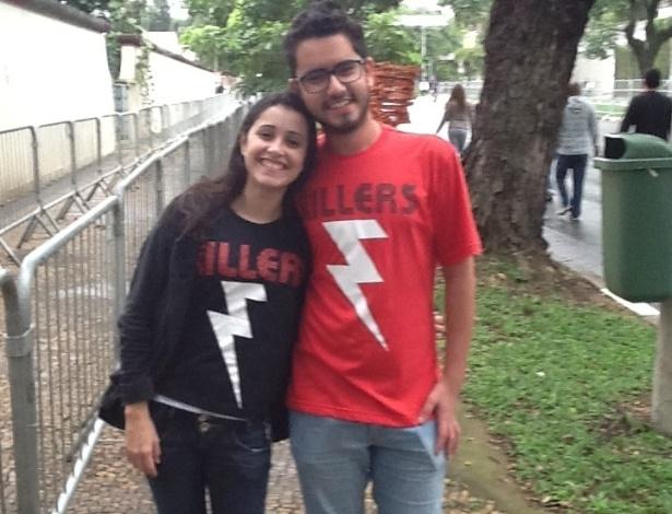 29.mar.2013: Elida Regina e Gabriel Araújo, fãs do The Killers, que vieram de Itapevi e Carapicuíba, respectivamente, aguardam a abertura dos portões do Jockey Club