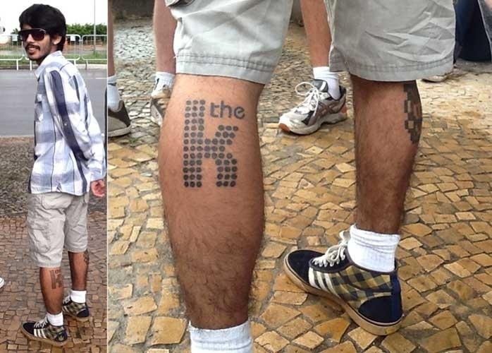 """29.mar.2013: Luan Marques, 21, fez, há um mês, a tatuagem com o """"K"""" da banda The Killers. """"Um amigo aprendeu a tatuar, aproveitei a empolgação para o show e fiz"""", conta ele, que veio do Rio de Janeiro"""