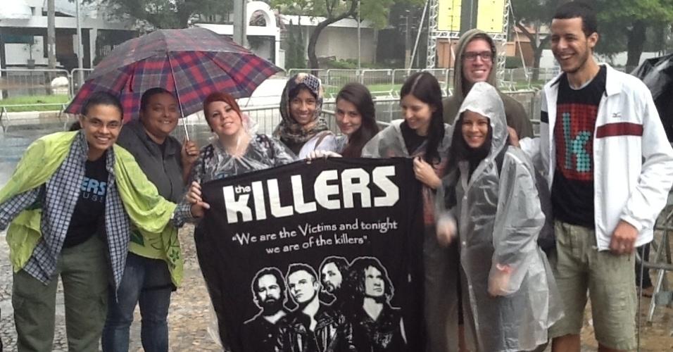 29.mar.2013: Mesmo debaixo de uma fina chuva, fãs do Killers chegam ao Jockey Club antes das 8h para curtir o 1º dia do festival