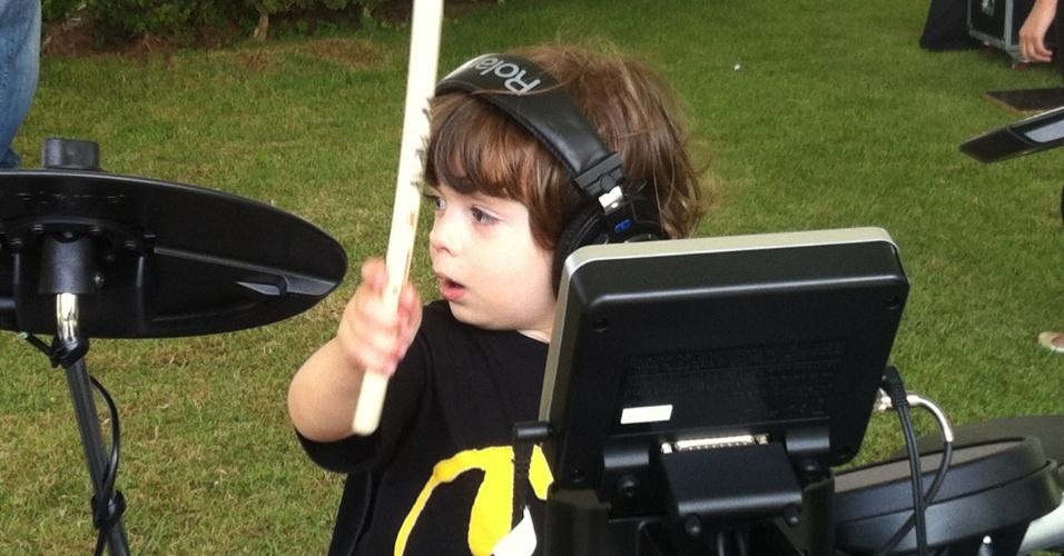 Pedro, de apenas 2 anos, tenta tocar em um set de bateria instalado no setor Kidzapalooza, parte do Lollapalooza Brasil 2013