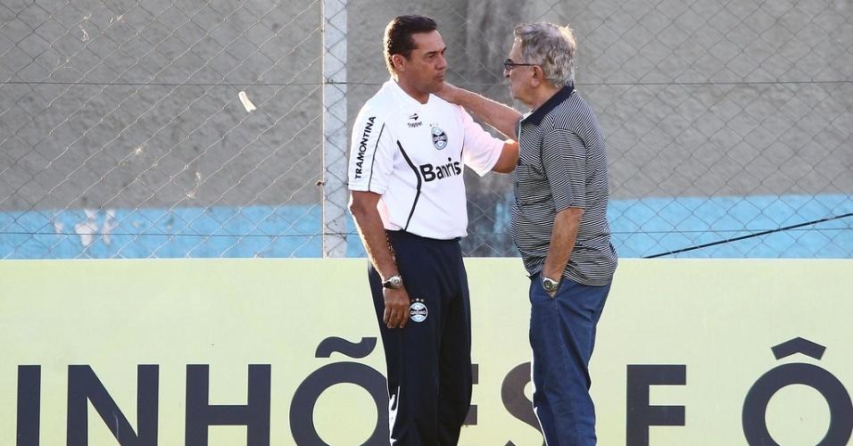 Vanderlei Luxemburgo recebe visita de Fábio Koff em treino do Grêmio (29/03/2013)