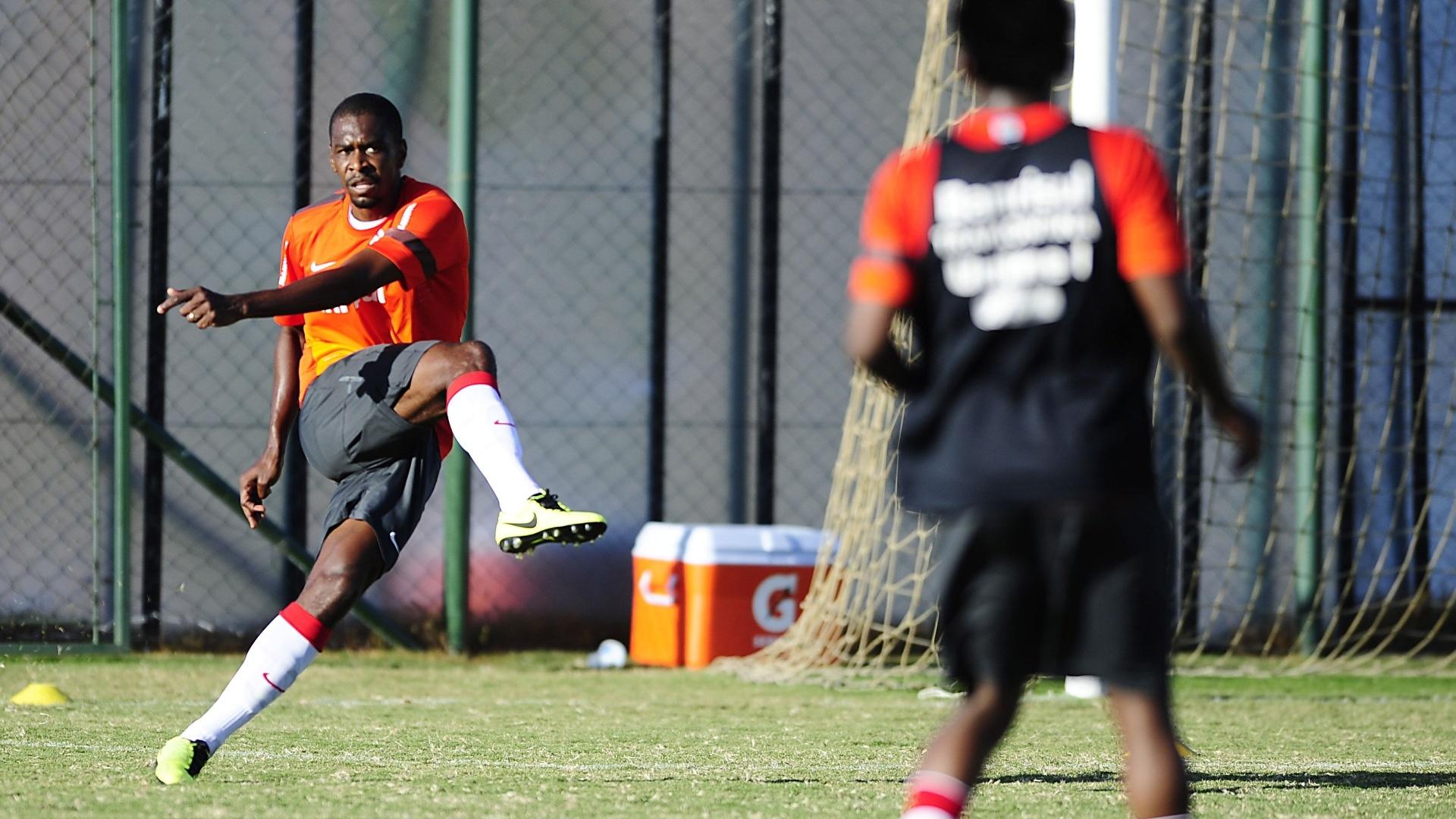 Zagueiro Juan faz lançamento em treino tático do Internacional (28/03/13)