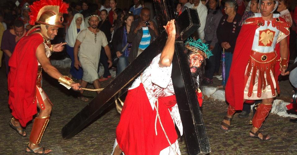 29.mar.2013 - Atores encenam a Paixão de Cristo, em Sabará (MG), com procissão da via Sacra da Igreja do Rosário até a Igreja de São Francisco, na noite da sexta-feira (29)