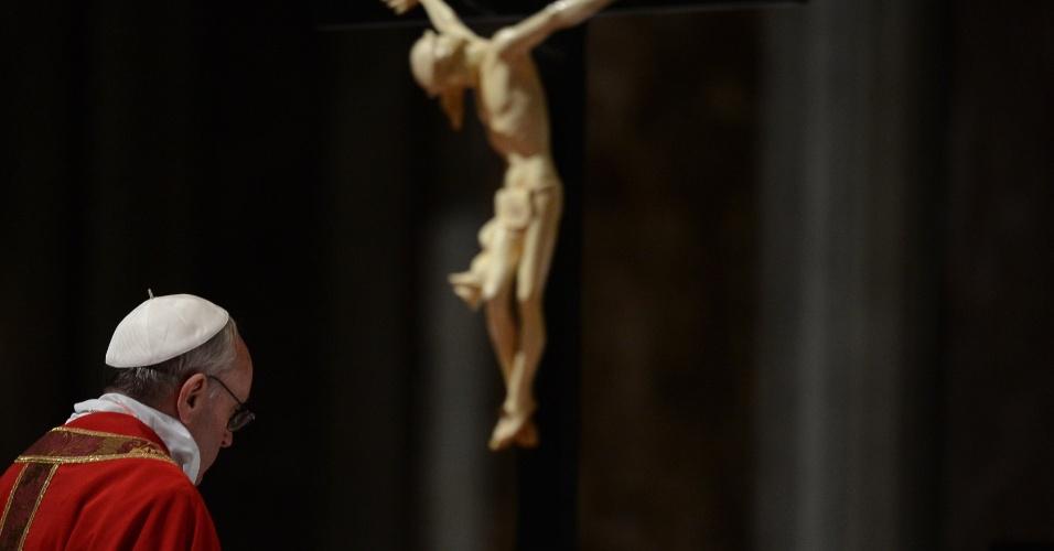 29.mar.2013 - Papa Francisco participa das celebrações da Paixão de Cristo, na basílica de São Pedro, no Vaticano