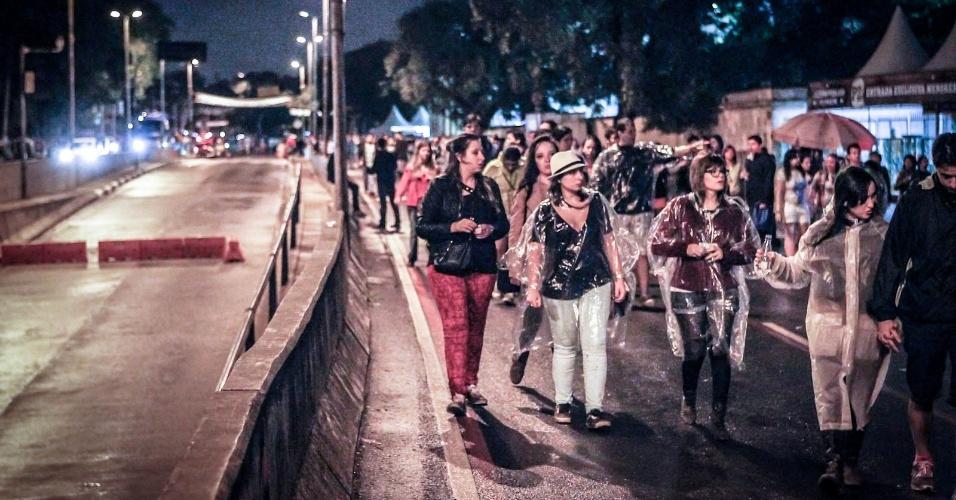 29.mar.2013 - Público deixa Jockey Club de São Paulo ao fim do primeiro dia de shows do Lollapalooza Brasil 2013