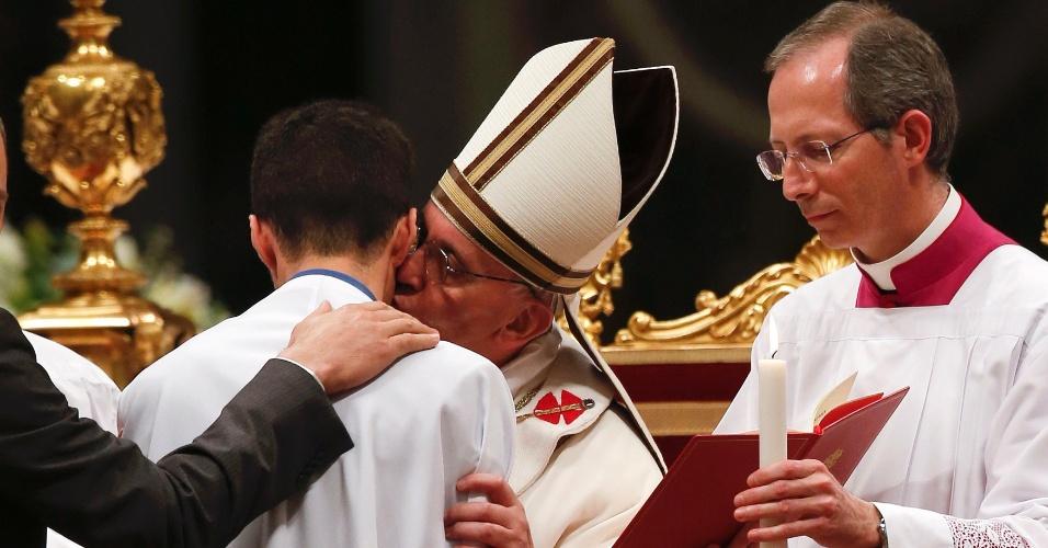 30.mar.2013 - 30.mar.2013 - Papa Francisco beija garoto durante a Vigília Pascal, realizada na basílica de São Pedro, no Vaticano