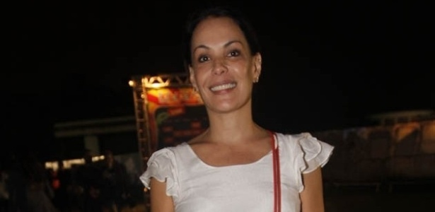 30.mar.2013 - A atriz Carolina Ferraz vai ao festival Lollapalooza Brasil 2013 para o segundo dia de shows