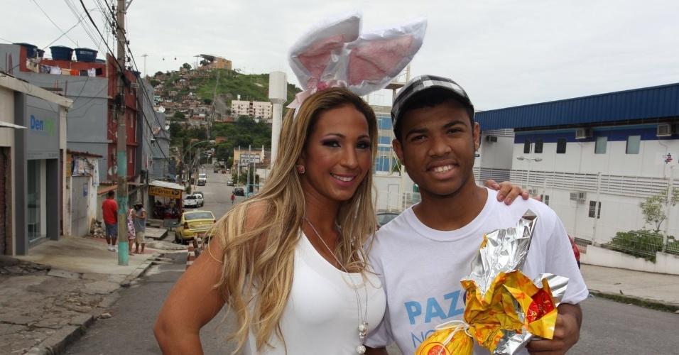 30.mar.2013 - Após turnê na Europa, a funkeira Valesca Popozuda subiu na comunidade do Morro do Alemão, no Rio de Janeiro, para distribuir ovos de Páscoa para a criançada. No Twitter, ela avisou que estava indo