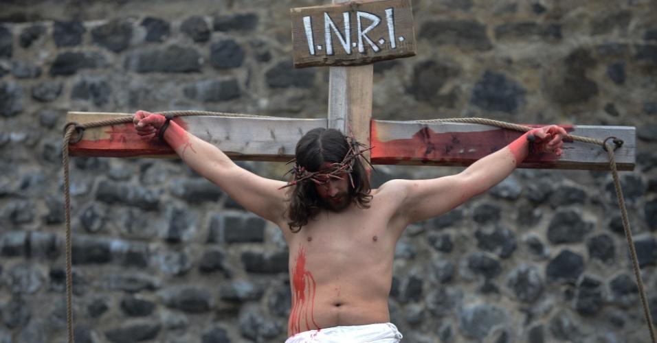 30.mar.2013 - Ator encena a Paixão de Cristo, na República Tcheca