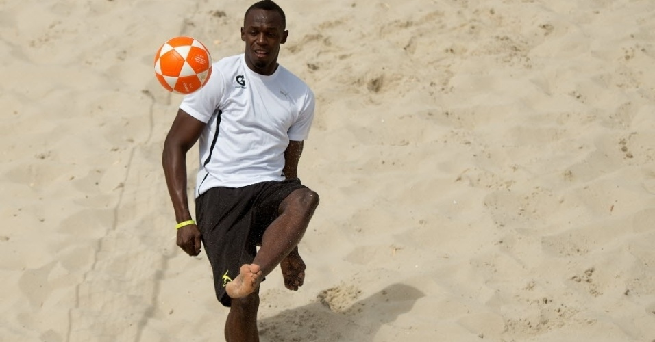 30.mar.2013 - Bolt tenta jogada durante partida de futevôlei em Copacabana