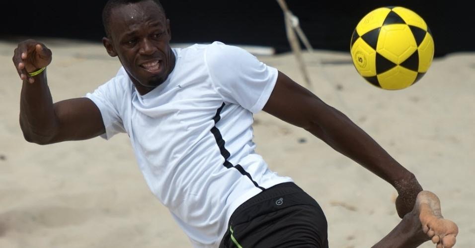 30.mar.2013 - De calcanhar, Usain Bolt tenta lance durante partida de futevôlei que disputou em Copacabana