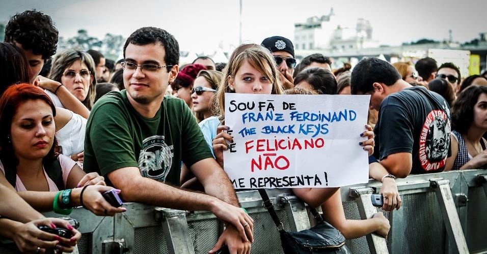 30.mar.2013 - Fã do Franz Ferdinand e Black Keys mostra cartaz de protesto contra o deputado Marco Feliciano