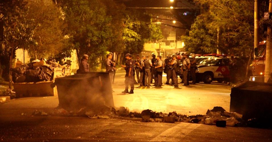 30.mar.2013 - Moradores bloquearam rua do bairro da Saúde, zona sul de São Paulo, com lixo durante protesto contra a morte de dois adolescentes por policiais militares. Houve confronto entre os manifestantes e os policiais. Segundo a PM, os jovens atiraram nos policiais durante abordagem