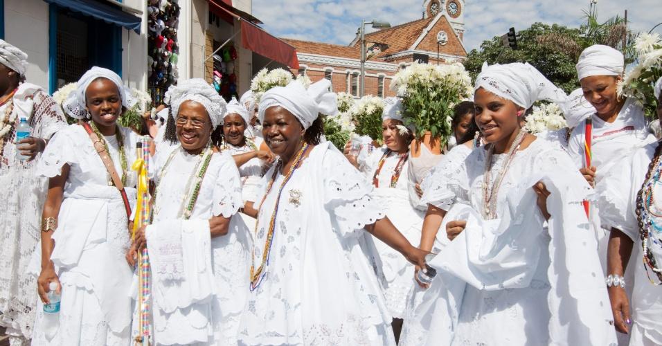 30.mar.2013 - Mulheres fazem a lavagem das escadarias da Catedral Metropolitana de Campinas (SP)