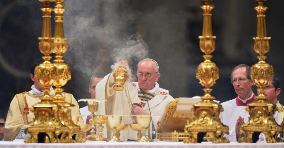 30.mar.2013 - Papa Francisco celebra sua primeira vigília pascal neste sábado na Basílica de São Pedro, no Vaticano. A vigília de Páscoa é a primeira celebração da ressurreição de Jesus