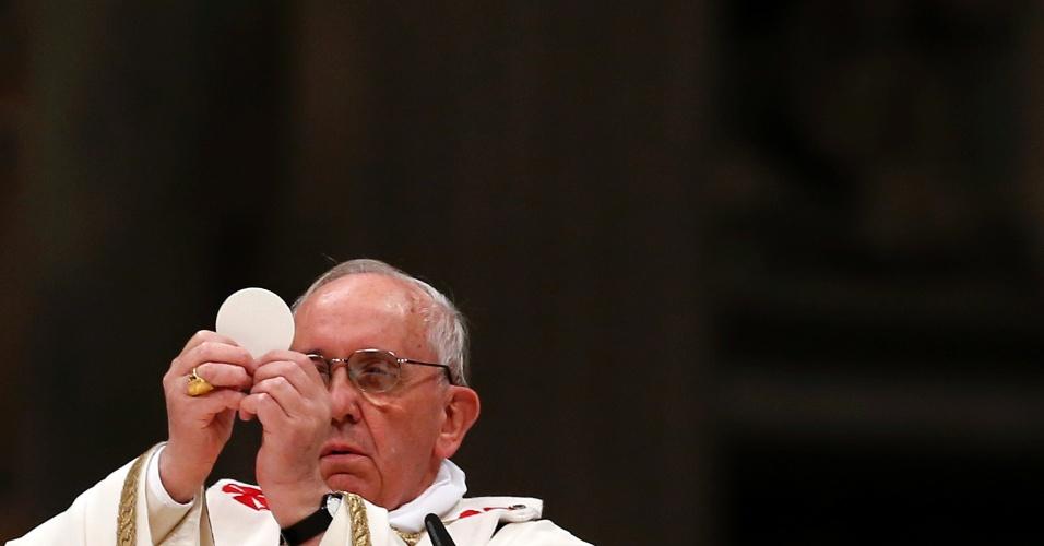30.mar.2013 - Papa Francisco ergue hóstia durante a Vigília Pascal, realizada na basílica de São Pedro, no Vaticano
