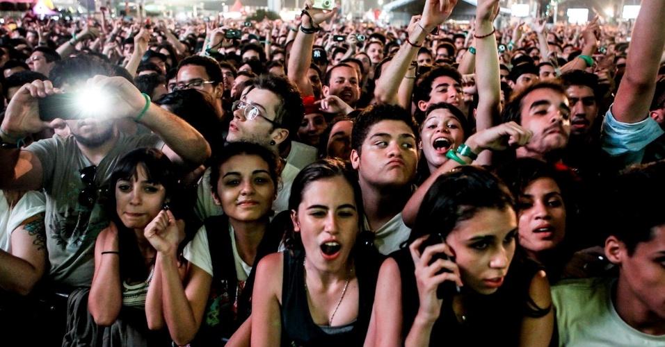 30.mar.2013 - Público assiste ao show do Queens of the Stone Age no palco Cidade Jardim no segundo dia do Lollapalooza Brasil 2013, no Jockey Club de São Paulo