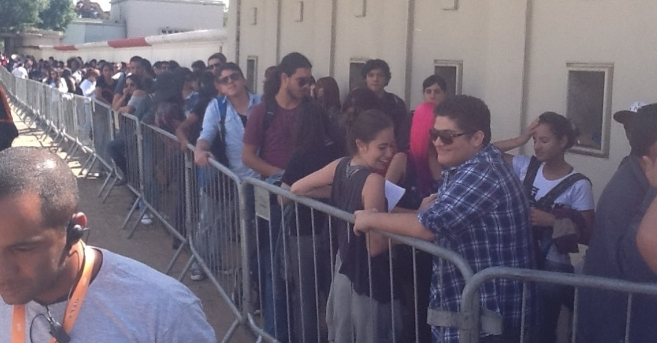30.mar.2013 - Público enfrenta fila maior no segundo dia do festival