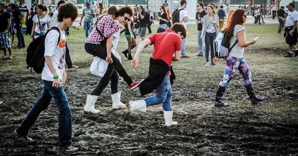 30.mar.2013 - Público enfrenta lama pelo segundo dia no Lollapalooza