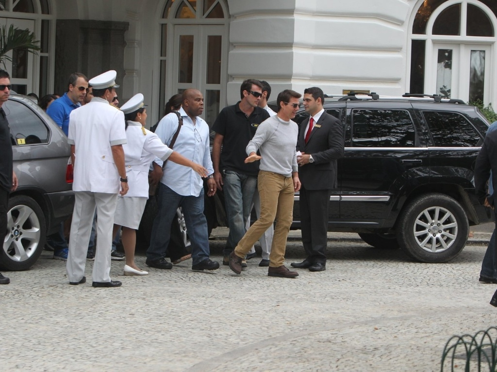 30.mar.2013 - Tom Cruise deixa o hotel Copacabana Palace, onde estava hospedado na zona sul do Rio. O ator est na cidade promovendo o filme 