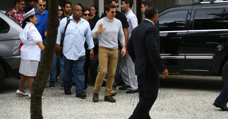 """30.mar.2013 - Tom Cruise deixa o hotel Copacabana Palace, onde estava hospedado na zona sul do Rio. O ator está na cidade promovendo o filme """"Oblivion"""""""