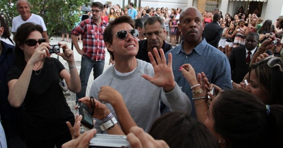 """30.mar.2013 - Tom Cruise tira fotos com fãs na porta do hotel em que está hospedado na zona sul do Rio. O ator está na cidade promovendo o filme """"Oblivion"""""""