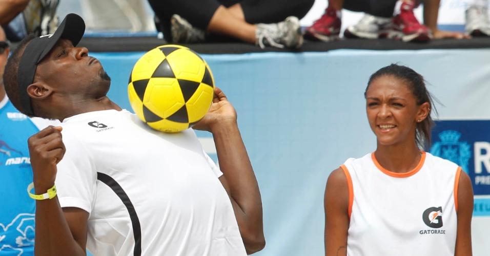 30.mar.2013 - Usain Bolt aproveitou a passagem pelo Rio de Janeiro para disputar partida de futevôlei em Coapacabana e mostrou habilidade com a bola