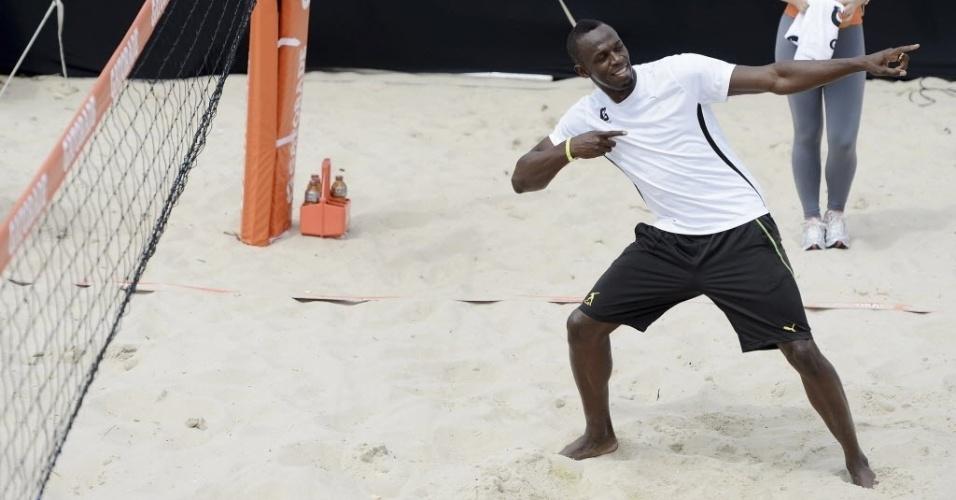 30.mar.2013 - Usain Bolt faz seu famoso gestual do raio após jogar futevôlei em Copacabana
