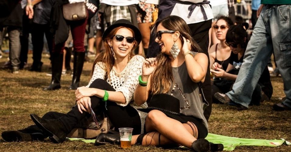 30.mar.2013: Amigas tomam uma cerveja e aproveitam a tarde ensolarada
